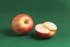 Pommes sur le vert Images stock