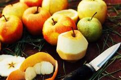 Pommes sur un fond en bois foncé tonalité Pommes douces sur en bois Photographie stock libre de droits