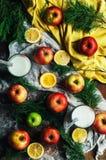 Pommes sur un fond en bois foncé tonalité Pommes douces sur en bois Photos stock