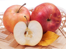 Pommes sur un plateau en osier Image libre de droits