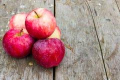 Pommes sur une vieille table en bois Photographie stock libre de droits