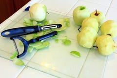 Pommes vertes étant épluchées pour la cuisson Image stock