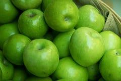 Pommes vertes au marché d'agriculteurs Photo libre de droits