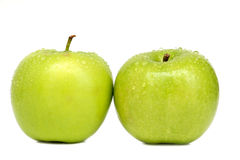 2 pommes vertes avec des baisses de l'eau Photographie stock