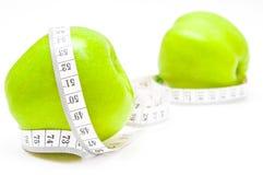 Pommes vertes avec la mesure Images libres de droits