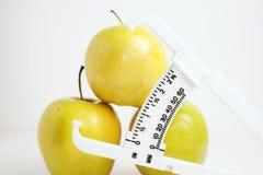 Pommes vertes avec le contrôleur de graisse du corps photographie stock