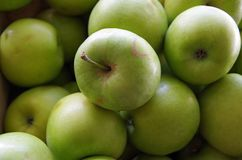 Pommes vertes dans des caisses en bois Photographie stock