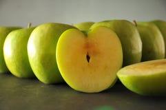 Pommes vertes dans la ligne Photographie stock libre de droits