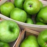 Pommes vertes dans un panier Images stock