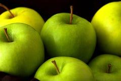 Pommes vertes entières mélangées Photos libres de droits