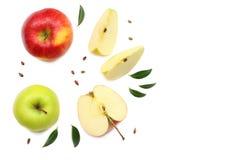 pommes vertes et rouges avec des tranches d'isolement sur le fond blanc Vue supérieure Photo stock