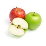 Pommes vertes et rouges avec la part sur le blanc Photo libre de droits