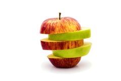 Pommes vertes et rouges coupées en tranches d'isolement Photographie stock libre de droits