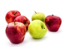 Pommes vertes et rouges d'isolement sur le blanc Photos libres de droits