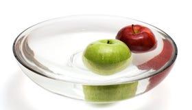 Pommes vertes et rouges dans le vase avec de l'eau - 2 Photographie stock libre de droits