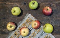 Pommes vertes et rouges mûres sur le plan rapproché en bois de table Images libres de droits
