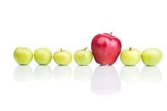 Pommes vertes et rouges sur le blanc Images libres de droits