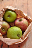 Pommes vertes et rouges sur le fond en bois Images libres de droits