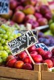 Pommes vertes et rouges sur le marché local à Copenhague, Danemark Photographie stock