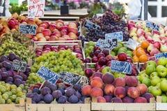 Pommes vertes et rouges sur le marché local à Copenhague, Danemark Image stock