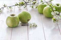 Pommes vertes fraîches avec des fleurs Image stock