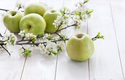 Pommes vertes fraîches avec des fleurs Photos stock