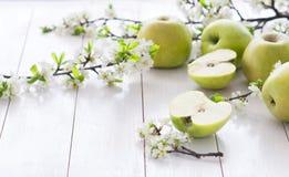 Pommes vertes fraîches avec des fleurs Photographie stock libre de droits