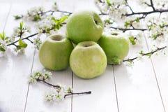 Pommes vertes fraîches avec des fleurs Image libre de droits