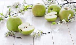 Pommes vertes fraîches avec des fleurs Photo stock