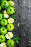 Pommes vertes juteuses avec des feuilles et des tranches de pommes photo stock