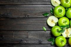 Pommes vertes juteuses avec des feuilles images libres de droits