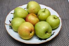 Pommes vertes lavées du plat Photos stock