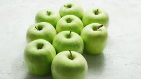 Pommes vertes mûres dans les baisses clips vidéos