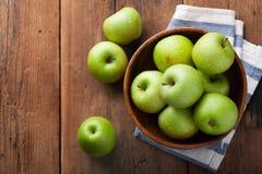 Pommes vertes mûres dans une cuvette en bois sur une vieille table rustique Fruits utiles sur le fond en bois Vue supérieure avec Image stock