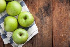 Pommes vertes mûres dans une cuvette en bois sur une vieille table rustique Fruits utiles sur le fond en bois Vue supérieure avec Image libre de droits