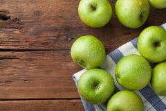 Pommes vertes mûres dans une cuvette en bois sur une vieille table rustique Fruits utiles sur le fond en bois Vue supérieure avec Photographie stock