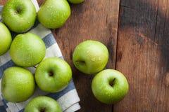 Pommes vertes mûres dans une cuvette en bois sur une vieille table rustique Fruits utiles sur le fond en bois Vue supérieure avec Images libres de droits
