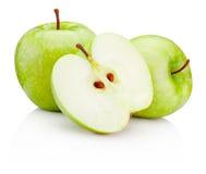 Pommes vertes mûres et moitié d'isolement sur le fond blanc Image stock