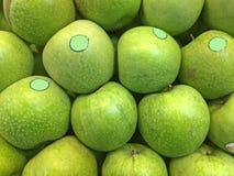 Pommes vertes organiques photo stock