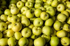 Pommes vertes organiques fra?ches sur le march? d'agriculteurs Fond de pomme de nourriture photo stock