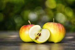 Pommes vertes sur la table Photos stock