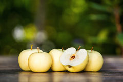 Pommes vertes sur la table Images stock