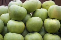 Pommes vertes sur le marché local photos stock