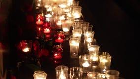 Pomnik ku pamięci tamto zabijać terrorystycznym atakiem Ludzie przynosili wiele świeczki i kwiaty Żal i zdjęcie wideo