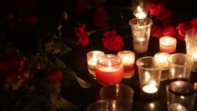 Pomnik, kwiaty i świeczki ku pamięci tamto zabijać terrorystycznym atakiem militarnymi operacjami i żal zbiory