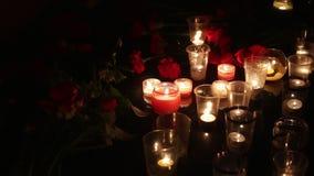 Pomnik nieboszczyk Wiele świeczki i kwiaty Terrorystyczny akt, niewinni ludzi zabił Żal i współczucie zdjęcie wideo