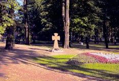 Pomnika krzyż na miejscu zniszczona świątynia Obrazy Stock