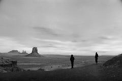 Pomnikowa dolina, Utah, Osamotnione postacie Kontempluje Szeroką ziemię, Utah Zdjęcia Stock