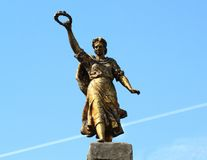 Pomnikowa dziewczyna z pierścionkiem w jego ręce Zdjęcie Royalty Free