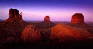 Pomnikowy dolina krajobraz z Purpurowymi niebami andRed Rockowe formacje fotografia stock